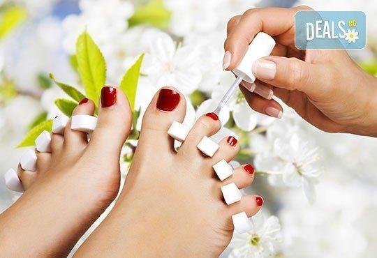 Спа педикюр с лакиране и терапия за нежни и гладки крака със свещ с аромат по избор от J.D.V. Beauty Center Relax - Снимка 2