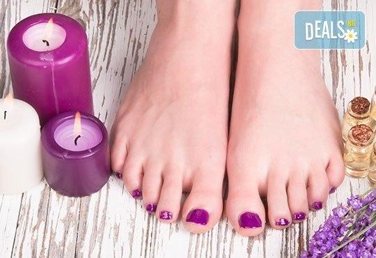 Спа педикюр с лакиране и терапия за нежни и гладки крака със свещ с аромат по избор от J.D.V. Beauty Center Relax - Снимка 1