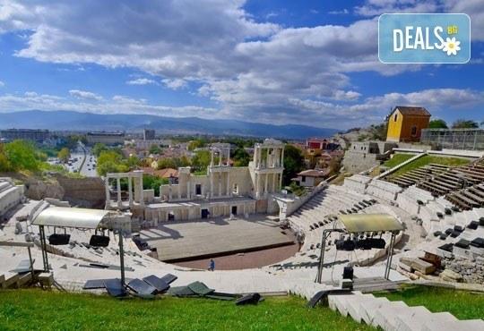 Екскурзия за един ден до Стария Пловдив за Дефилето на Младото вино от туристическа агенция По света и у нас - Снимка 3