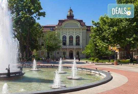 Екскурзия за един ден до Стария Пловдив за Дефилето на Младото вино от туристическа агенция По света и у нас - Снимка 4