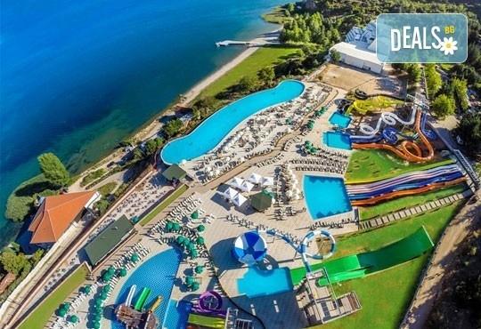 Нова година на брега на Охридското езеро! 2 нощувки със закуски и празнична вечеря в Complex Hotel Izgrev 5* от Ели Рос! - Снимка 1