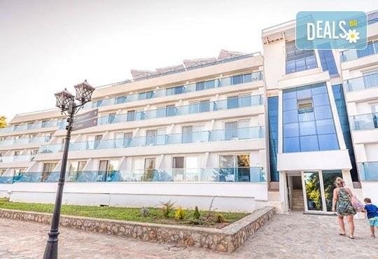 Нова година на брега на Охридското езеро! 2 нощувки със закуски и празнична вечеря в Complex Hotel Izgrev 5* от Ели Рос! - Снимка 2