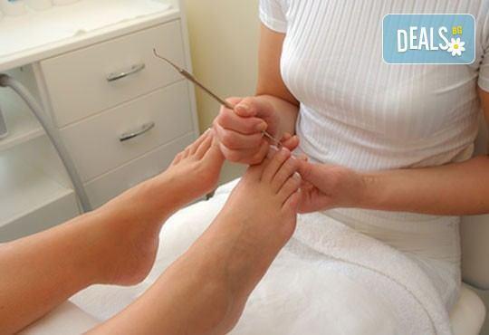 Медицински или класически педикюр + масаж на ходилата, лак O.P.I. и ДВЕ декорации в Кабинет по маникюр и педикюр - Снимка 2