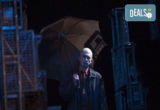 Хитовият спектакъл на Андрю Бовел Когато дъждът спря да вали в МГТ Зад Канала на 25-ти ноември - Снимка 5
