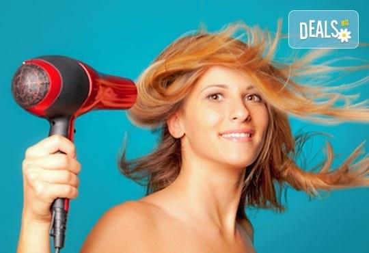 За блестяща коса! Масажно измиване, подхранваща маска и оформяне със сешоар в салон за красота Виктория! - Снимка 2