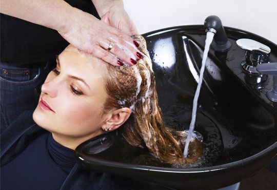 За блестяща коса! Масажно измиване, подхранваща маска и оформяне със сешоар в салон за красота Виктория! - Снимка 1
