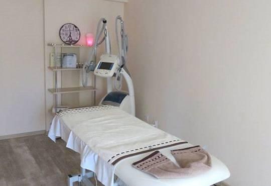 Сияйна и гладка кожа с диамантено микродермабразио и бонус 10-минутен масаж на лице в център за здраве и красота Шърмейн - Снимка 4