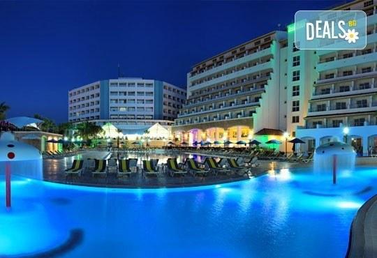 Посрещнете Нова година в Batihan Beach Resort 4*+, Кушадасъ, Турция! 4 нощувки, All Inclusive, възможност за транспорт! - Снимка 1