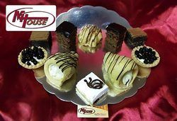 Сбъднати фантазии! 50 или 100 броя сладки петифури микс в ШЕСТ различни вкусови стила от Muffin House - Снимка