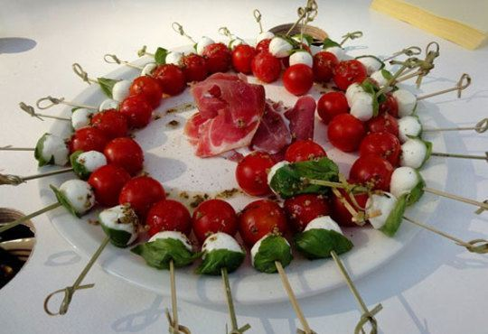 За празниците! 90 броя хапки с ароматен крем и пушена сьомга, прошуто, моцарела и чери домати от Топ Кет Кетъринг! - Снимка 2