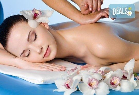 Пакет от 2 болкоуспокояващи или релаксиращи масажа на гръб с био масла в салон за красота Елеганс в Мусагеница! - Снимка 3