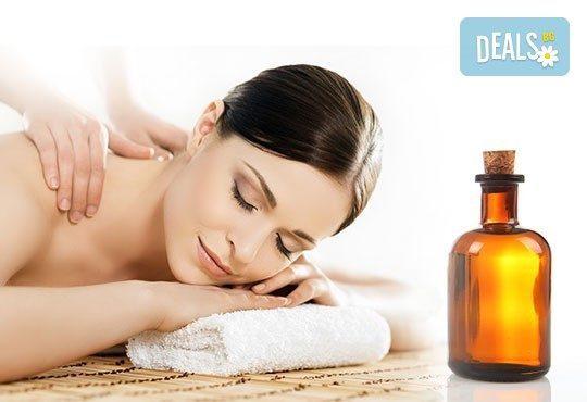 Пакет от 2 болкоуспокояващи или релаксиращи масажа на гръб с био масла в салон за красота Елеганс в Мусагеница! - Снимка 1