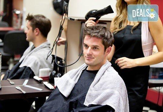 За силния пол! Мъжко подстригване, измиване, фрикция с подхранващ лосион, сешоар и фиксиращо средство в салон Дежа Вю - Снимка 3