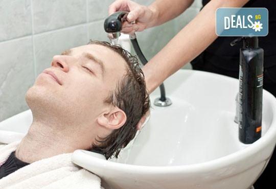 За силния пол! Мъжко подстригване, измиване, фрикция с подхранващ лосион, сешоар и фиксиращо средство в салон Дежа Вю - Снимка 2