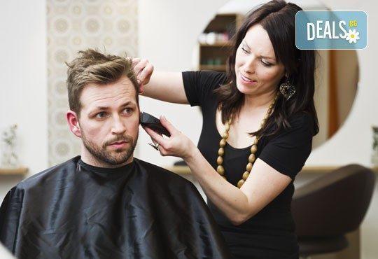 За силния пол! Мъжко подстригване, измиване, фрикция с подхранващ лосион, сешоар и фиксиращо средство в салон Дежа Вю - Снимка 1