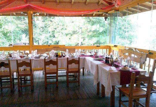 Традиционен Никулден за двама в ресторант Бадемова къща: Пълнен шаран с орехи, ориз, гъби и лук, и 500 мл. наливно вино - Снимка 4