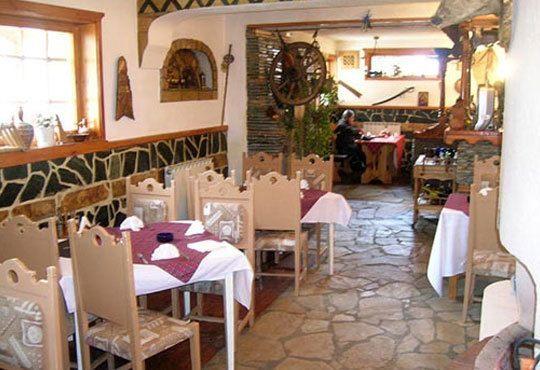 Традиционен Никулден за двама в ресторант Бадемова къща: Пълнен шаран с орехи, ориз, гъби и лук, и 500 мл. наливно вино - Снимка 6