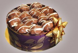 Еклерова торта по избор: с малини, смокини, ягоди или къпини от Виенски салон Лагуна! Предплатете сега 1лв - Снимка