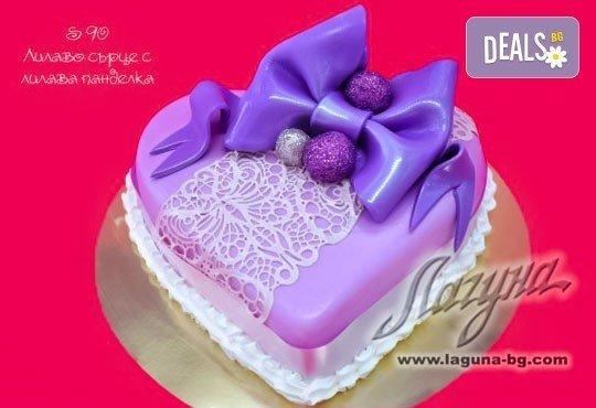 Торта - сърце с рози, пеперуди или панделка с пълнеж по Ваш избор от Виенски салон Лагуна! Предплатете сега 1лв! - Снимка 2