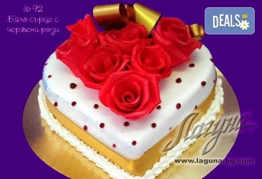 Торта - сърце с рози, пеперуди или панделка с пълнеж по Ваш избор от Виенски салон Лагуна! Предплатете сега 1лв! - Снимка 1