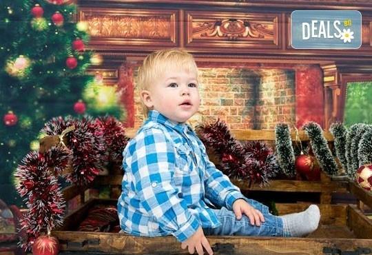 Професионална детска/семейна фотосесия с възможност за Коледна тематика и богат реквизит от Ivan Lambrev Photography - Снимка 1