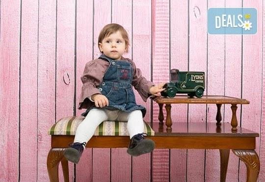 Професионална детска/семейна фотосесия с възможност за Коледна тематика и богат реквизит от Ivan Lambrev Photography - Снимка 12