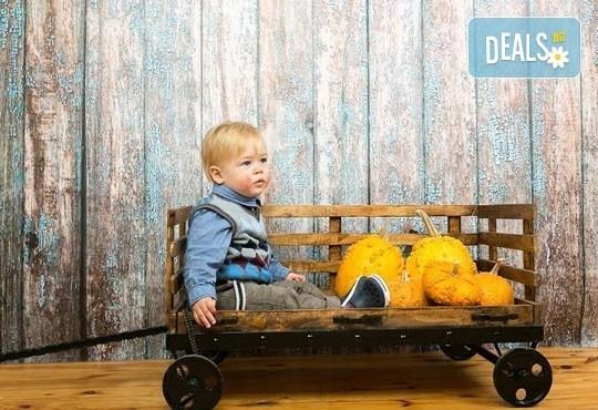 Професионална детска/семейна фотосесия с възможност за Коледна тематика и богат реквизит от Ivan Lambrev Photography - Снимка 5