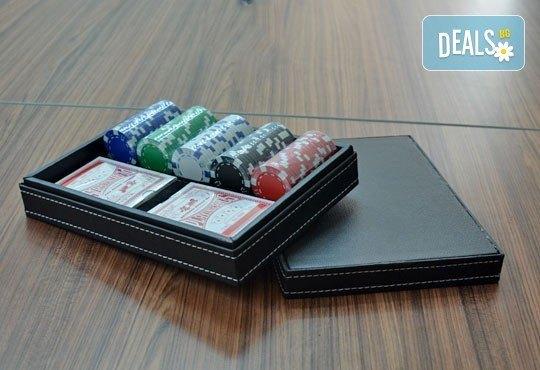 Време е за покер и много забавление! Вземи кожено куфарче с покер чипове, 100 бр. и две тестета карти от Grinders.org - Снимка 1