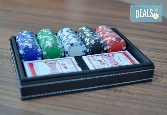 Време е за покер и много забавление! Вземи кожено куфарче с покер чипове, 100 бр. и две тестета карти от Grinders.org - Снимка 3