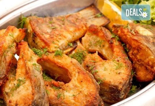 Прясна пържена риба за празниците! Килограм пържен шаран или толстолоб и 900гр. гарнитура от Кулинарна къща Ники - Снимка 1