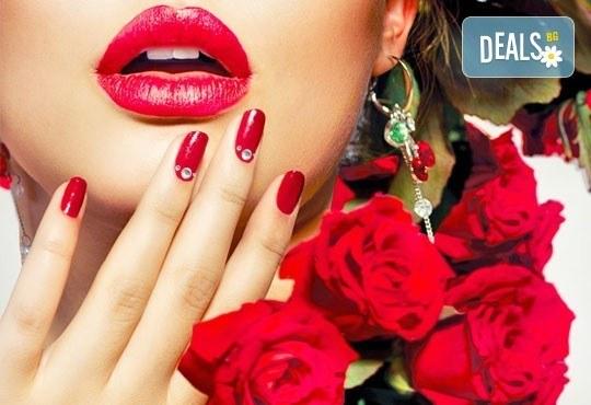 Бъдете в крак с модата! Маникюр с гел лак с 2 декорации и бонус: премахване на стар гел лак в салон Бели Дунав! - Снимка 1