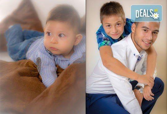 Коледна детска или бебешка фотосесия в студио с тематични декори и реквизит, професионално обработени кадри от АртКостов - Снимка 7
