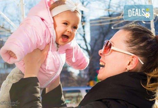 Коледна детска или бебешка фотосесия в студио с тематични декори и реквизит, професионално обработени кадри от АртКостов - Снимка 8