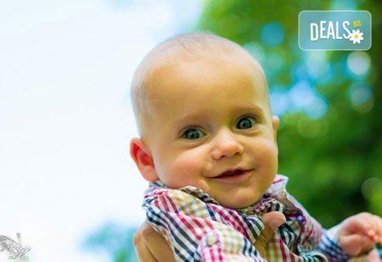 Коледна детска или бебешка фотосесия в студио с тематични декори и реквизит, професионално обработени кадри от АртКостов - Снимка 10
