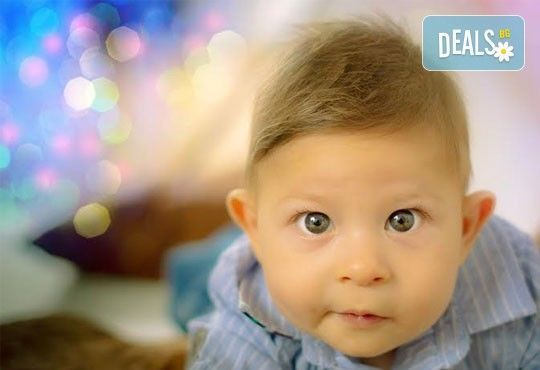 Коледна детска или бебешка фотосесия в студио с тематични декори и реквизит, професионално обработени кадри от АртКостов - Снимка 1