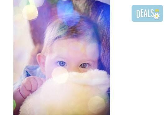 Коледна детска или бебешка фотосесия в студио с тематични декори и реквизит, професионално обработени кадри от АртКостов - Снимка 2