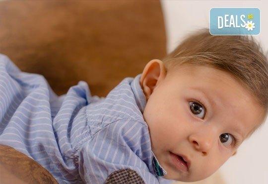 Коледна детска или бебешка фотосесия в студио с тематични декори и реквизит, професионално обработени кадри от АртКостов - Снимка 6