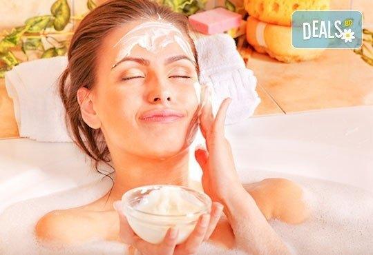 Свежа и сияйна кожа с подхранваща и подмладяваща терапия за лице с кисело мляко и масаж на лице, шия и деколте от салон Sassy - Снимка 1