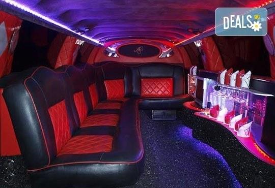 Лукс! Едночасова разходка на цялата компания с холивудска стреч-лимузина от Vivaldi Limousines и San Diego Limousines - Снимка 7