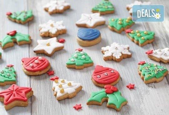 Коледа идва! ЕДИН килограм ръчно декорирани коледни бисквити от сладкарите на Muffin House! - Снимка 1