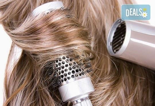 Подстригване, масажно измиване и оформяне на прическа със сешоар: прав, начупен или букли в Gold Studio в Центъра! - Снимка 3
