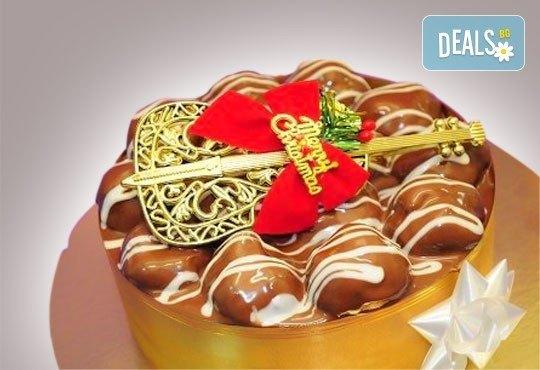 Коледна еклерова торта по избор: с малини, смокини, ягоди или къпини от Виенски салон Лагуна! Предплатете сега 1 лв. - Снимка 1