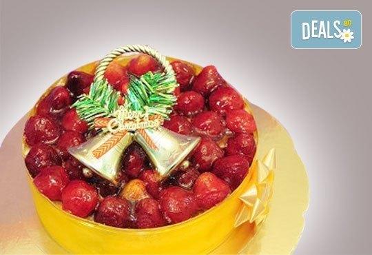 Коледна еклерова торта по избор: с малини, смокини, ягоди или къпини от Виенски салон Лагуна! Предплатете сега 1 лв. - Снимка 5