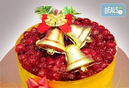 Коледна еклерова торта по избор: с малини, смокини, ягоди или къпини от Виенски салон Лагуна! Предплатете сега 1 лв. - Снимка 3