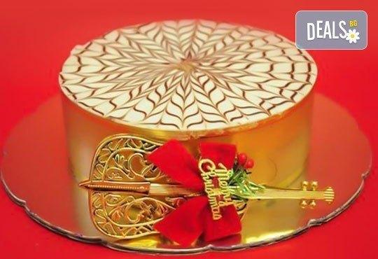 Коледна торта по избор с баварски или шоколадов крем от Виенски салон Лагуна! Предплати сега 1лв. - Снимка 1
