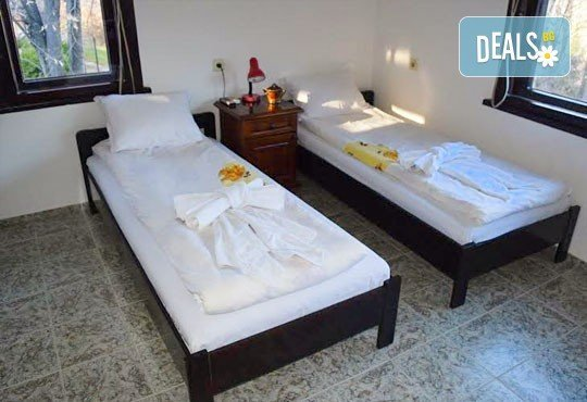 Почивка през декември в Троянския балкан! От 1 до 4 нощувки в уютни къщички, хотел Света гора, с. Орешак - Снимка 5