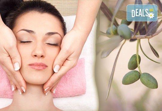 Изберете 40- или 60-минутна релаксираща масажна терапия на цяло тяло с масло от зелени маслини в салон Женско царство! - Снимка 1