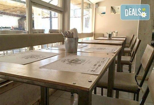 Традиции от Италия! Голяма тънка италианска пица и бонус -10% отстъпка от консумация за цялото меню на място в Club 68 - Снимка 6