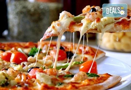 Кулинарно предложение с италианска нотка! Вземете две големи пици Капричоза от Bar & Dinner seven7A - Снимка 2