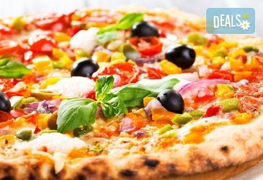 Кулинарно предложение с италианска нотка! Вземете две големи пици Капричоза от Bar & Dinner seven7A - Снимка 1